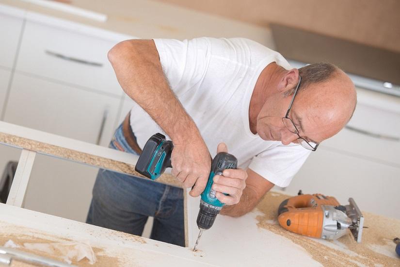 Taladro inalámbrico profesional en acción en un taller de carpintería